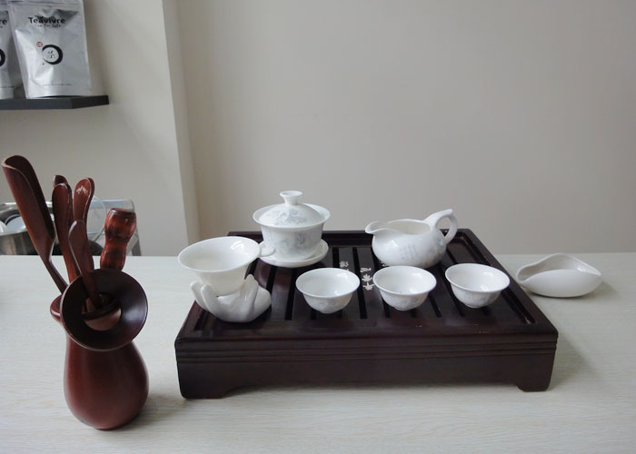 A tea set sitting on a tray. Source: Teavivre.com > Tea Pictures